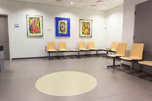 Over hele senteret brytes gulvflatene, som er i diskrete farger og mønstre, av store plasstilskårne sirkler i matchende farger. Veggene er for øvrig dekorert med bilder av en av byens største nålevende kunstnere.