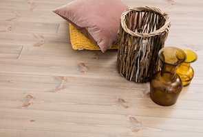 <b>SLITESTERKT: </b>Når den myke vårveden børstes vekk blir gulvet mer slitesterkt og holdbart. Samtidig går ikke børstene så dypt at gulvet blir vanskelig å rengjøre.