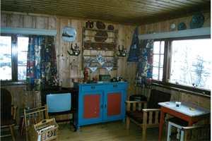 Skapet var i tradisjonelle hyttefarger.