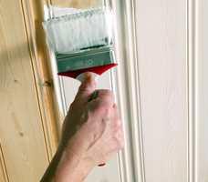 Herdins Tak- og panelhvitt kan brukes til tak, møbler og vegger, uten at det drypper. Den er en vannbasert lasur som gir en lys, silkematt overflate.