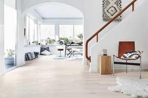 <b>LUNT GULV:</b> Et lyst tregulv varmer og gir liv til et luftig og åpent interiør. (Foto: Tarkett)