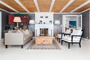 Mørke vegger i en varm farge danner sofistikerte rammer for gamle og nye møbler.