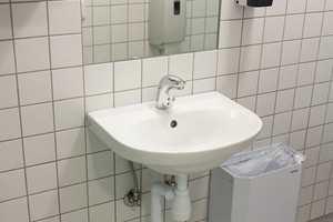 Skinnende hvit porselen er med på å gi skolens toaletter et delikat og brukervennlig preg. Utfordringen nå blir å sørge for at det får fortsette å gi et slikt inntrykk også etter at skolen har vært i bruk en stund.