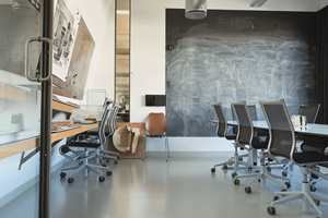 <b>MODERNE:</b> Det grå gummigulvet passer godt inn i de lyse, moderne lokalene til LPO Arkitekter i Rosenborggata i Oslo.