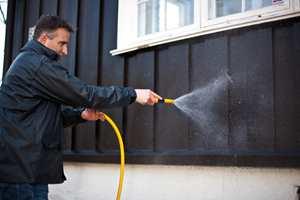 SKINNENDE RENT: Vask vekk vinterens skitt og smuss. Du kan oppdage at huset du trodde måtte males, ble like fint igjen