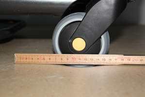 <b>FOR MYKT?:</b> For stor demping og svikt i gulvet gjør det vanskelig å trille vogner og senger over gulvet.  Foto: Arne Nesje/SINTEF