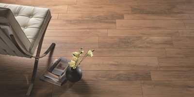 Den matte overflaten har en rustikk struktur, som gir gulvet et inntrykk av eksklusivt treverk.