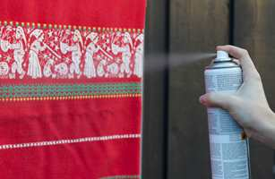 <b>HOLD AVSTAND:</b> Det bør være en viss avstand mellom spray og tekstil. Følg anvisningen på boksen nøye.