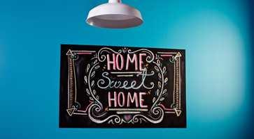 <b>VELKOMMEN:</b> Tavlemaling kan også brukes til å ønske beboerne velkommen hjem. Her er det brukt Alanor Tavlemaling.
