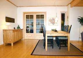 Tidligere var stuen delt i en spisedel og en sofadel. Her er spisestuen slik den var før.