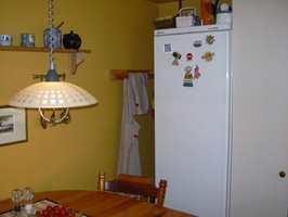 URYDDIG INNTRYKK: Kjøleskapet var plassert innenfor høyskapet, og mot veggen var det et tomrom.