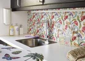 Vaskerommet kan godt ha et friskt tapet. Dette rommet er det Fargerike som har pusset opp.