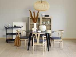 Gulv med lange, brede bord gir et rolig uttrykk.