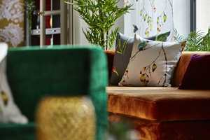 <b>FARGESPILL:</b> Gult, grønt, brent oransje – fargene fra høstpaletten kompletterer hverandre fint med tekstiler fra Harlequin/Tapethuset.