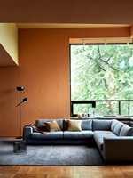 <b>ORANSJE:</b> En viktig farge i høstpaletten er oransje. Med Pure & Originals matte, naturlige maling Classico, får rommet et behagelig, lunt preg. Den oransje veggen er malt i fargen