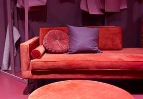 <b>FRODIG: </b>Et rødt rom kan bli en frodig oase med myk velur omkranset av mattmalte vegger. Dette er fra trendutstillingen på Oslo Design Fair.