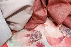 <b>TEKSTILER: </b>Rikelig med tekstiler i ulike kvaliteter og fargenyanser, ensfarget og mønstret gjør det lunt. Disse er fra INTAG.