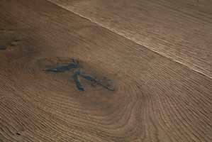 <b>TREVERK:</b> Blant alle fargene ute, er det lett å glemme en viktig del av høsten: tre. Med et mørk brunt parkettgulv, kan du skape den rette stemningen hjemme. Dette er Langeland fra Pergo.