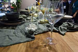 <b>GLASS:</b> Klart glass er en sikker vinner, og gjerne i kontrast til grov lin og rustikt steingods og keramikk. Dette fra Broste Copenhagen.