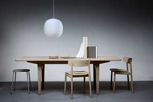 <b>NORSK DESIGN:</b> Naturlig treverk i herlig harmoni. Bord og stoler designet av Andreas Engesvik for Tonning & Stryn. Anderssen & Voll har designet lampen som er i glass. Krakken er fra Hay. Stylist Kirsten Visdal.