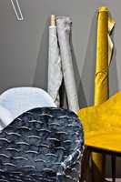 <b>OKER KONTRAST:</b> MENU var blant mange utstillere som brukte oker som kontrast mot grått, og det gjelder å kombinere ulike tekstiler.