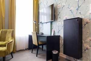 <b>LUNE ROM:</b> Rommene i hotellet byr på spennende fargekombinasjoner. Her er det en miks av malte vegger og stormønstret tapet. Og «Premier League» på TV i alle rom.
