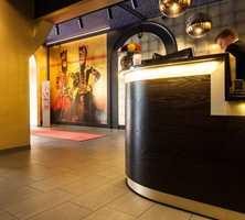 <b>GULLSVART:</b> Det er blant annet svarte tak og gullmønstre på veggene i hotellet. Resepsjonen er mørk og mystisk.