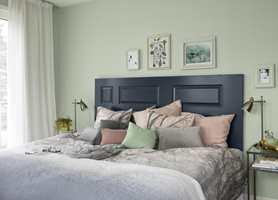 <b>GJENBRUK:</b> Å bruke en gammel dør som sengegavl er stilig og moderne gjenbruk. Mal den i en søvndyssende farge.