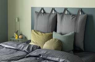 <b>RETT PÅ:</b> Den enkle og moderne løsningen er å male «sengegavlen» rett på veggen. Ekstra lekkert med puter på knagger.