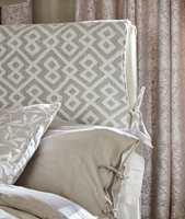 <b>ENKELT:</b> En enkel måte å fornye sengegavlen på er å kle den med et tekstil som legges over kanten, føres ned på baksiden og festes i siden med enkle bånd.
