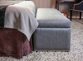 <b>SKJØRTEFIN:</b> Sengeskjørtet både skjuler madrassen og rotet under sengen, stenger støvet ute og rammer inn sengen på en elegant måte.