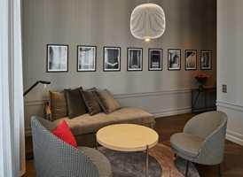 <b>HOTEL BERGEN BØRS:</b> Designmøbler alene skaper ikke ønsket atmosfære. Her rammes de inn av tapet, malt brystningspanel og florlette gardiner. Møbler og tapet er signert Claesson Koivisto Rune. Tapetet er levert av Borge.