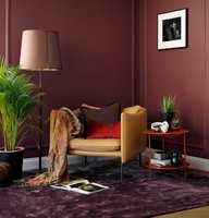 <b>JORDFARGER:</b> Varme jordfarger er populære i både hjemmeinnredning og hotellinteriør. Teppe og vegger i tilnærmet like farger skaper en rolig atmosfære. Veggene er malt med fargen Impulsiv 864 fra Beckers.