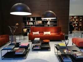<b>KONTRASTER:</b> Miljøene på interiørmessen Maison & Objet i Paris kunne like gjerne vært hentet fra et hotell. En klassisk kombinasjon med sort/brunt og hvitt base lunes med en passe dose rødt. Harmonisk og innbydende.