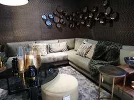 <b>PÅKLEDD:</b> Utstillerne i Paris har droppet de hvite veggene, nå vises møbler og pyntegjenstader i miljø der veggene er en viktig del av helheten. De fleste er kledd med tapet og utenpå der igjen bilder eller speil.