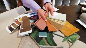 MATERIALER: Hotellstilen kan skapes i mange farger. Tapet i lintekstur på veggene og tremønster på gulvet er en fin base.  Trekk inn tepper og tekstiler og velg farger som binder helheten sammen.