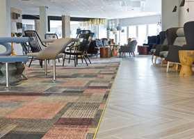 Doos Arkitekter har plukket ut møbler fra ulike produsenter og i forskjellig stil til sittegruppene i lobbyområdet.