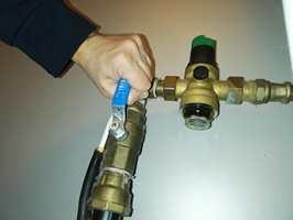 <b>STENG VANNET:</b> Oppdager du at det lekker vann i huset, så steng hovedkrana umiddelbart.