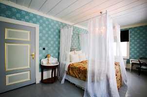 Rehabilitert soverom med nyproduserte, originale tapeter fra 1840-tallet.