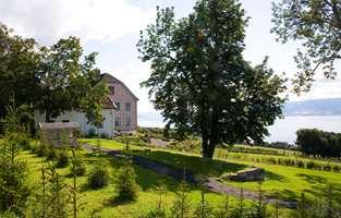 Originalbygning fra 1847 og årets hage i 2012.