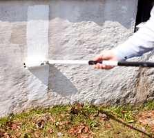 Grunnmuren får tøff behandling, og fuktighet er ofte årsaken til skader på mur.