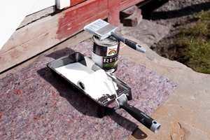 Med et stykke malefilt beskytter du all slags underlag mot søl ved malearbeider - utendørs og innendørs.