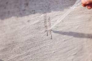 Saltsyre som påføres en silikatmalt flate vil få malingen til å bruse opp.