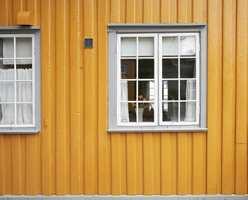 Grått på vindskier og vindusomramming gir et gult hus en fin og rolig helhet.
