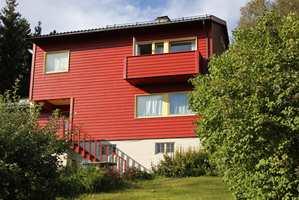 En farge som ser gulaktig rød ut på fargekartet vil miste gulskjæret og bli mer rød når den kommer opp på veggen.