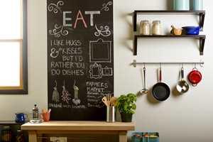 <b>HUSKELISTE: </b>Et felt på veggen påført tavlemaling kan brukes som meldingsboks, huskeliste og til pynt.  (Foto: Alanor)