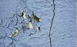 Sjekk at grunnmuren ikke har sprekker og at den er fri for sopp og alger, avskalling, setningsskader, vanninntrenging og saltutslag.