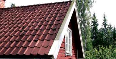 Ta en kikk på taket og se etter mose, begroing, rusk i takrenner, og undersøk malingen på vannbrettene.