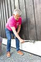 <b>SUGERØR:</b> Her står trefibrene som sugerør inne i veden, og trekker opp vann dersom endeveden ikke er forseglet. Lars Petter Rustan fra Jordan viser hvordan du beskytter den med en vinklet pensel og olje.
