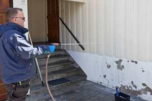 <b>ÅRLIG VASK:</b> Den årlige fasadevasken er en fin anledning til å sjekke hva som bør gjøres på huset.